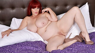 Huge titted BBW Roxee Robinson gets aroused in hostelry room